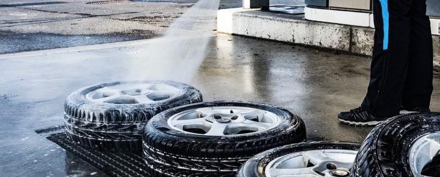 Jäckels Waschpark Rheinland: Vor dem Radwechsel die Reifen und Felgen reinigen