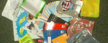 Das Papier bereitet fertige Schulpakete für Klassen vor