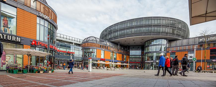 Die Leverkusener Rathaus Galerie ist ein 2010 eröffnetes Einkaufscenter im Herzen Leverkusens. Rund 100 Geschäfte findest Du hier auf 3 Etagen und über 22.000qm Verkaufsfläche. Garantiert findest Du hier alles was Du brauchst. Was genau, erfährst Du hier.