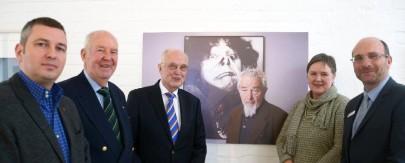Kurator Stefan Skowron, Karlernst und Hans-Jürgen Braun (Gewerbepark-Süd) sowie Monika Doerr (Kulturamt) und Dezernent Sönke Eichner (v.l.) würdigen Arnulf Rainer.
