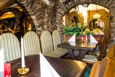 bitte Platz nehmen im Balkan-Restaurant Montenegro-Mühle