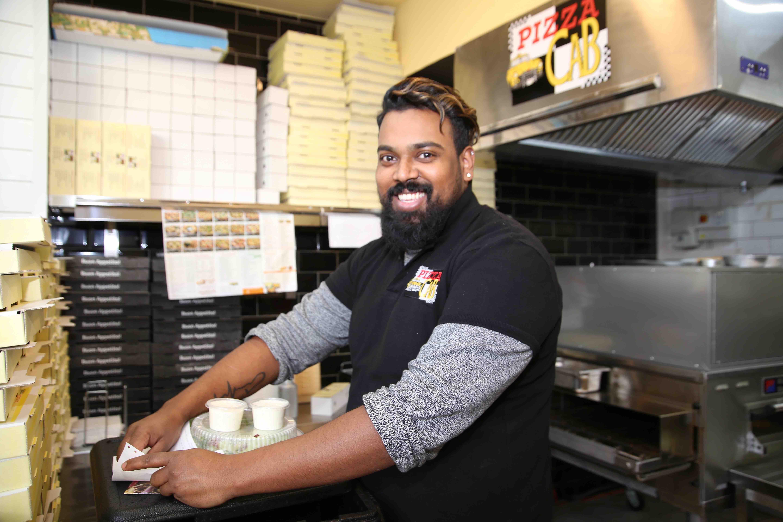 Subithan Baskaran und sein siebenköpfiges Team sind die Pizza Cab Langenfeld Crew