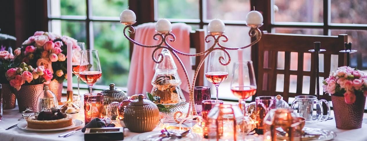 Weihnachten-gedeckter-Tischsjk70lBSn0Anj