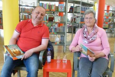 Faraj Younan und Ingrid Tödtmann sind Vorleser in der Stadtbücherei Hilden