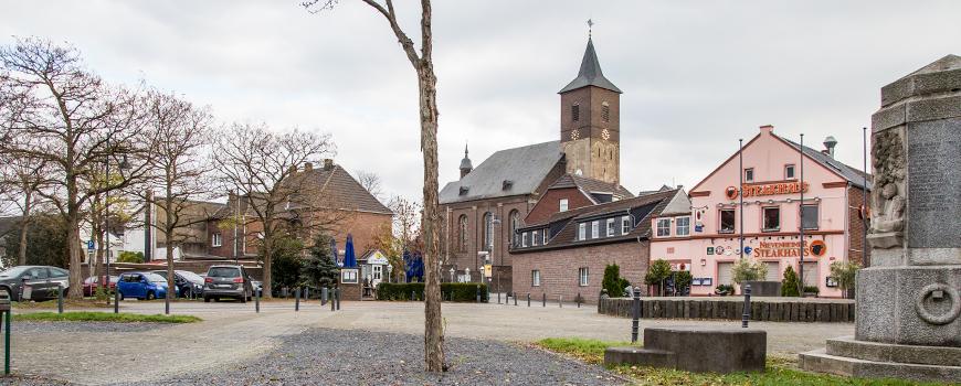 """Der ländliche und einladende Stadtteil Nievenheim bietet neben schönen Wäldern, Feldern und Natur auch eine Vielzahl an Unternehmen, Geschäften, Dienstleistern und Handwerkern. Das Kerngebiet oder """"Zentrum"""" Nievemheims ist wohl die Nievenheimer Kreuzung u"""