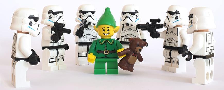 Jeder kennt LEGO, und die meisten von uns haben in ihrem Leben sicherlich unzählige Stunden mit dem Spielen und Bauen und den kleinen gelben Männchen verbracht. Doch sind LEGO-Steine Spielwaren für Kinder?