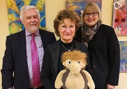 Christa Cholewinski vom Kinderschutzbund (Mitte) nimmt von Nina und Hartwig Härtel die Spende entgegen.